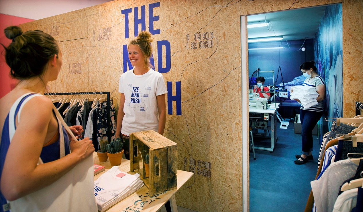 Mama Cash x Clean Clothes Campagne: sweat shop Amsterdam city centre